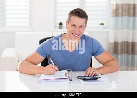 Portrait von glücklichen Menschen tun Berechnung zu Hause - Stockfoto