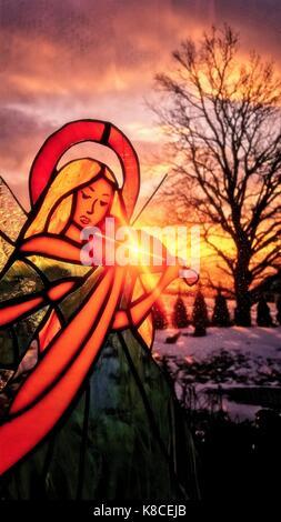 Ein Engel, Violine zu spielen. Buntglas Engel. Winter Hintergrund. Bunte Landschaft. Sonne scheint durch die Glasfenster. - Stockfoto
