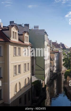 Farbenfrohe Gebäude entlang Certovka Canal in Prag, Tschechische Republik. - Stockfoto