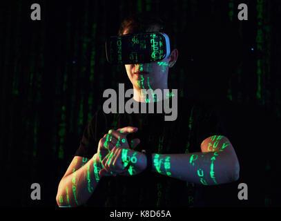 Doppelbelichtung ein kaukasischer Mann und Virtual reality Headset ist vermutlich ein Spieler oder ein Hacker knackt - Stockfoto