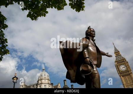 Die Statue zu liberalen Politiker David Lloyd George im Parlament Platz steht, unten das Elizabeth Tower und die - Stockfoto