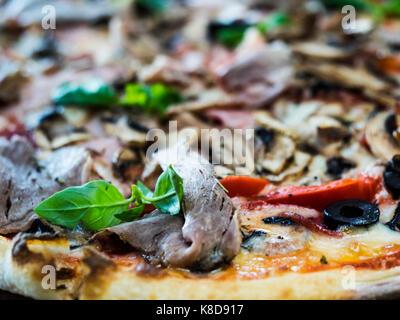Pizza Palermo (Tomatensauce, Mozzarella, Schinken, Champignons, Oliven, Chili Peppers, Prosciutto Cotto, geräuchertes - Stockfoto