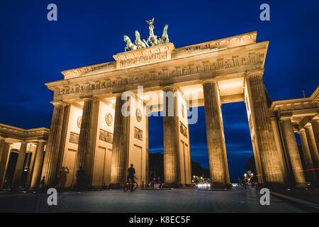 Brandenburger Tor bei Dämmerung, beleuchtet, Pariser Platz, Berlin-Mitte, Berlin, Berlin, Deutschland - Stockfoto