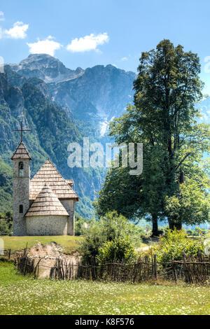 Berglandschaft mit Kirche in Theth in der Albanischen Alpen - Stockfoto