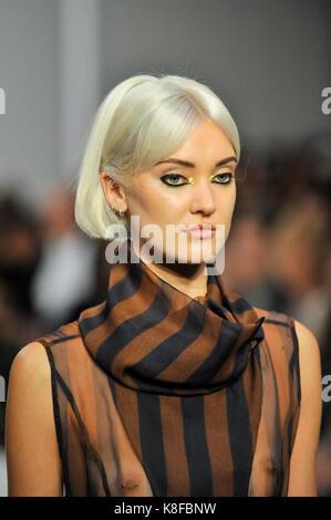 London, Großbritannien. 18 Sep, 2017. Ein Modell, das uns einen Blick von IRYNVIGRE Fashion Scout in Covent Garden, - Stockfoto
