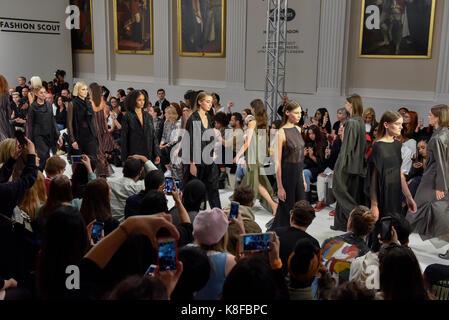 London, Großbritannien. 18 Sep, 2017. Modelle präsentieren sieht von IRYNVIGRE Fashion Scout in Covent Garden, einer - Stockfoto