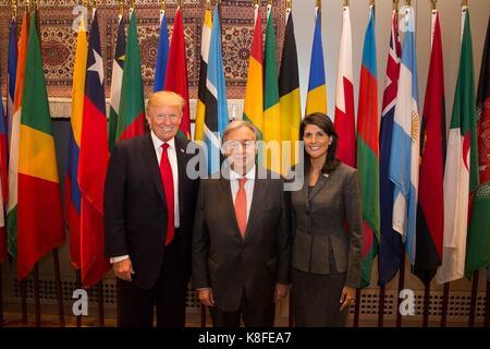 Us-Präsident Donald Trump, Links, steht für ein Foto mit UNO-Generalsekretär Ant-nio Guterres, und Botschafter der - Stockfoto