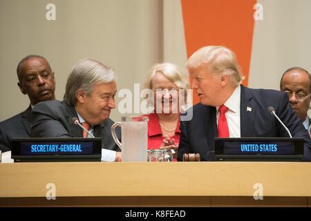 Us-Präsident Donald Trump, rechts, schüttelt Hände mit der Generalsekretär der Vereinten Nationen, Antonio Guterres - Stockfoto
