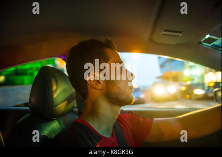 Mann in Auto, Rio de Janeiro, Brasilien - Stockfoto
