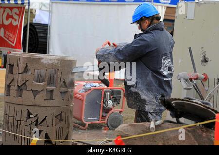 HYVINKAA, Finnland - 8 September, 2017: Mann schneidet präzise Öffnungen in Beton in einer Arbeit Demonstration - Stockfoto
