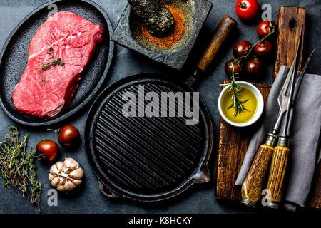 Rohe frische Fleisch steak Rinderfilet, Kräuter und Gewürze um Pfanne Platte. Essen kochen ackground mit kopieren. - Stockfoto