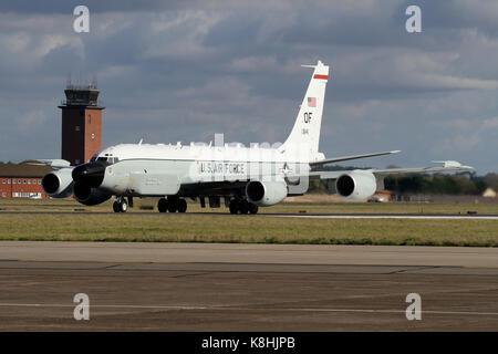 USAF RC-135V Nietverbindung auf Bereitstellung bei RAF Mildenhall heraus rollen auf der Landebahn nach einer Mission - Stockfoto