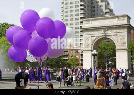 New York, NY, USA - 16. Mai 2017: die New York University Studierende, Kappen und Kleider, in Washington Square - Stockfoto