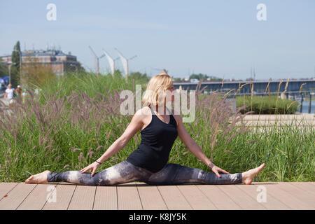 Frau tun Outdoor Training in der Stadt - Stockfoto