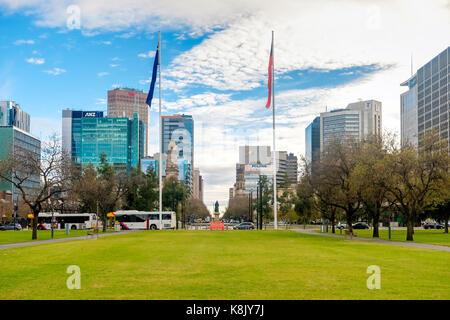 Adelaide, Australien - Juni 28, 2017: Victoria Square Brunnen von Süden nach Norden mit Bürogebäude am Morgen Zeit - Stockfoto