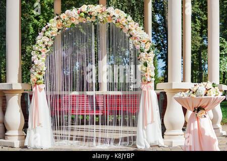 White Wedding Arch Altar Mit Rosen Blumen Blumen Blumen Ozean