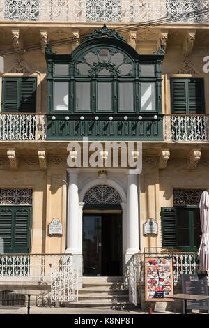 Die reich verzierten Musik Gesellschaft Gebäude in Malta mit traditionellen maltesischen Balkon und Dekoration - Stockfoto