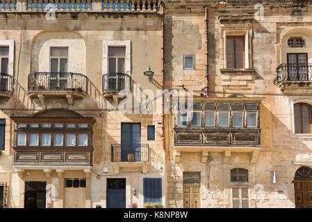 Traditionelle maltesische Balkonen in einem alten Gebäude aus Stein in Malta - Stockfoto