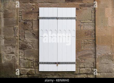 Weiß lackierten Türen mit Fenster Design und geschlossen mit einem gulvanised Vorhängeschloss und Bars. Viel Platz für den Text um das Bild an beiden.