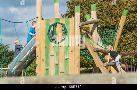 Klettergerüst English : Hölzernen klettergerüst für kinder in ländlichen outdoor location