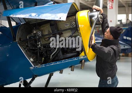 Mechaniker arbeiten auf Ebene - Stockfoto