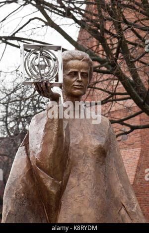 Warschau, Polen - 25. Februar 2015: Skulptur von Marie Sklodowska-Curie von polnischen Bildhauer Bronislaw Krzysztof. - Stockfoto