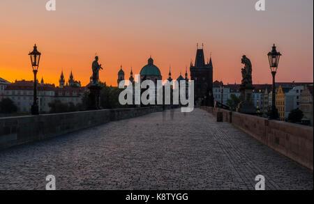 Karlsbrücke in Prag bei Sonnenaufgang - Stockfoto