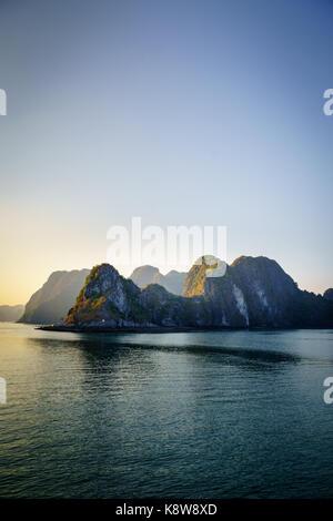 Halong Bucht dramatische Landschaft mit Karstinseln. Ha Long Bay ist UNESCO-Weltkulturerbe und beliebtes Touristenziel - Stockfoto