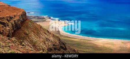 Unglaubliche Natur der Insel Lanzarote, Kanaren, Spanien. Panoramablick vom Mirador del Rio. - Stockfoto
