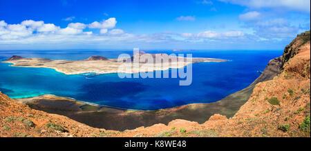 Beeindruckende Vulkanlandschaft, Panoramablick vom Mirador del Rio, Insel Lanzarote. - Stockfoto