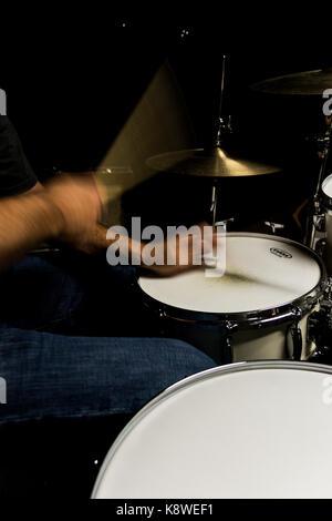 Schlagzeuger in Bewegung beim Spielen Hi-hat - Stockfoto