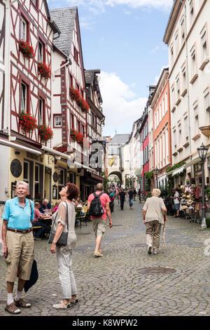 BERNKASTEL-KEUS, Deutschland - 5. Aug. 17: Touristen die mittelalterliche Architektur der Altstadt mit Kopfsteinpflaster - Stockfoto