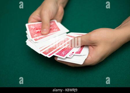 Poker Spieler mit Karten - Stockfoto