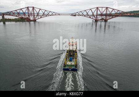 UKD Orca, ein Sog hopper Schwimmbagger segeln in Richtung Ausleger Forth Rail Bridge in ruhigem Wasser, Erhabene, - Stockfoto