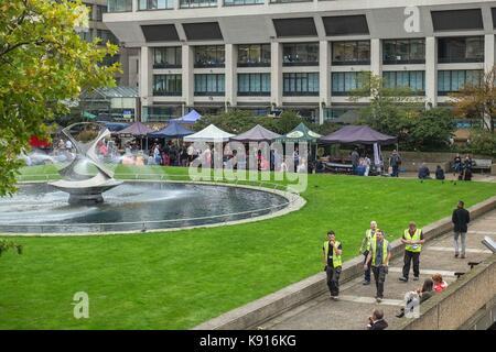 London, Großbritannien. 21 Sep, 2017. Farmers Market Verkauf von warmen Speisen zum Mittag öffnet sich auf dem Gelände - Stockfoto