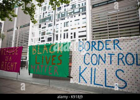 London, Großbritannien. 21 Sep, 2017. Banner von Aktivisten gegen Immigration Detention von Soas Häftling Support - Stockfoto