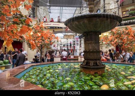 Interior Detail des exklusiven Gummi Shopping Mall, Roter Platz, Moskau, Russland, in dem ein Springbrunnen mit - Stockfoto