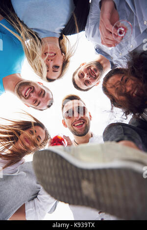 Sommer Urlaub, glückliche Menschen - eine Gruppe von Teenagern, die mit einem glücklichen Lächeln auf seinem Gesicht. - Stockfoto