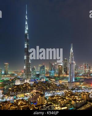 Das Stadtbild von Dubai, Vereinigte Arabische Emirate bei Dämmerung, mit beleuchteten Wolkenkratzer Burj Khalifa - Stockfoto