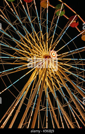Nahaufnahme von Riesenrad bei Nacht - Stockfoto