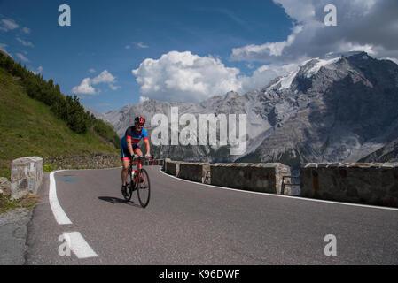 Radfahrer auf dem Stilfser Joch, mit 76 Haarnadel Kurven einer der besten Straßen der Welt und einer der Alpen Ultra - Stockfoto