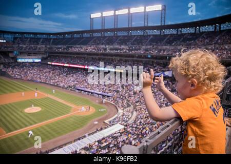 Denver, Colorado - Drei-jährige Adam Hjermsted Jr. Uhren die Detroit Tiger die Colorado Rockies at Coors Field spielen. - Stockfoto