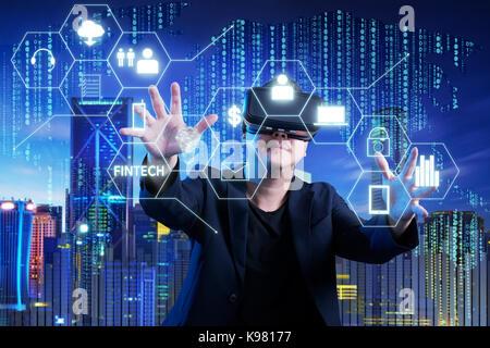 Geschäftsmann berühren fintech Infografik Symbol auf digitalen virtuellen Bildschirm mit beiden Händen. Hi-tech - Stockfoto
