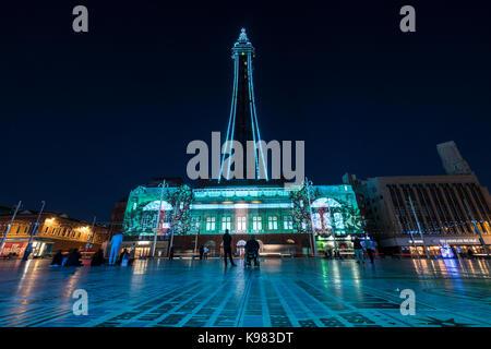 Blackpool Tower ist Abends beleuchtet während der Illuminations - Stockfoto