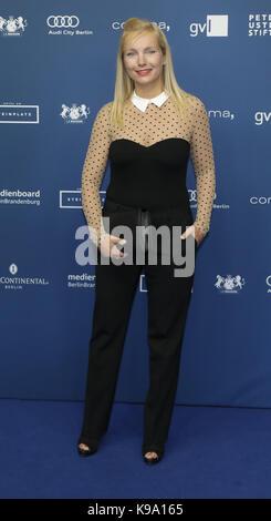 deutsche schauspielerin nadja uhl kommt f r die bambi 2009 award gala in potsdam deutschland. Black Bedroom Furniture Sets. Home Design Ideas