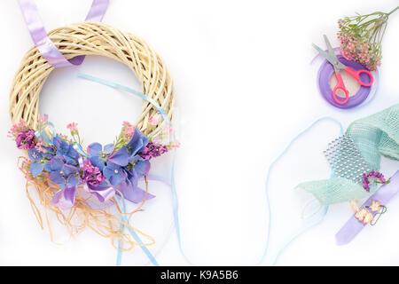 Handgefertigte Girlanden aus Blumen und Bändern - Stockfoto