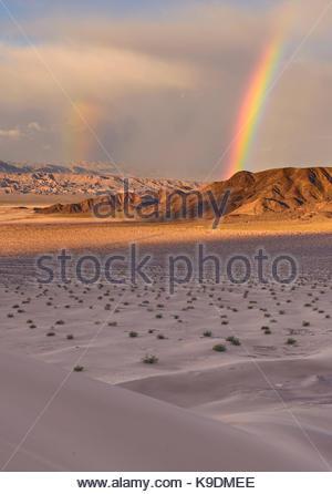 Doppelter Regenbogen über Saratoga Feder von ibex Dünen, Death Valley National Park, Kalifornien - Stockfoto
