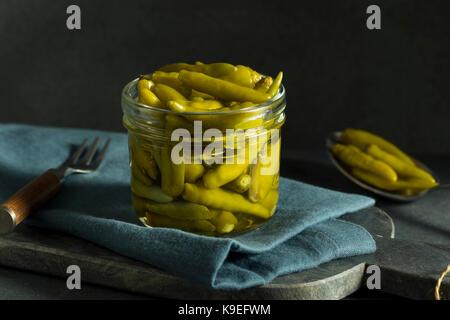 Organische Eingelegte grüne Sport Pfeffer in ein Glas - Stockfoto