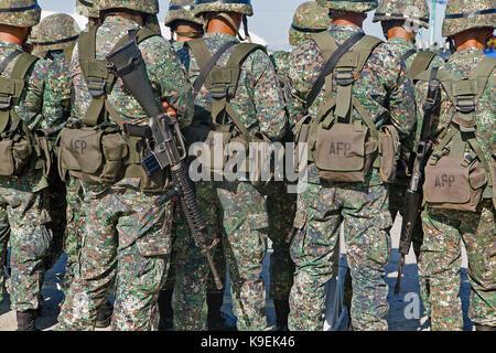 Uniformierte und bewaffnete Philippinische Soldaten, Teil der philippinischen Streitkräfte, zur Überprüfung in Puerto - Stockfoto