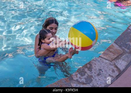 2, 2, Hispanic Mädchen, Schwestern, Spielen im Schwimmbad, Schwimmbad, Süßwasser-Swimmingpool, Castro Valley, Alameda - Stockfoto